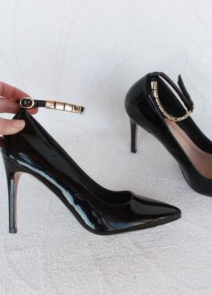 Черные туфли, лодочки 36 размера на каблуку с ремешком вокруг ...