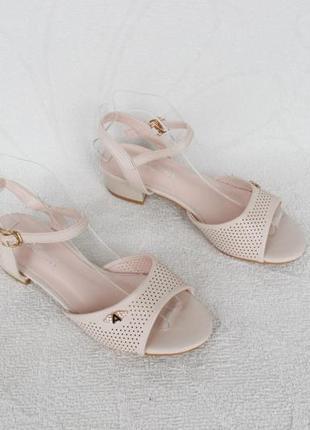 Айвори, бежевые босоножки 37 размера на маленьком каблуке