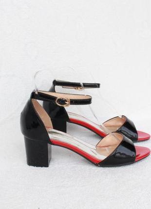 Черные босоножки 36 размера на удобном каблуке с ремешком вокр...
