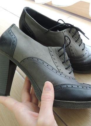 Серо-черные ботинки броги на каблуке размер 38