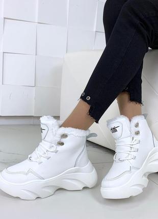 Стильные зимние ботинки белого цвета