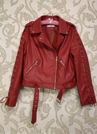 Красная кожаная куртка косуха