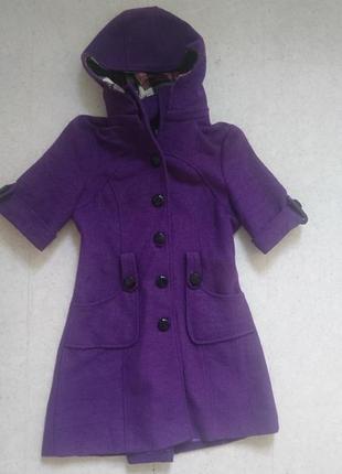 Пальто с оригинальным коротким рукавом и сьемным капюшоном.