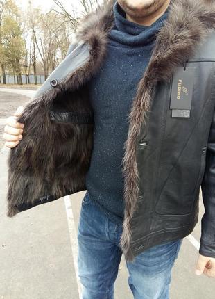 Мужская кожаная куртка с мехом волка и енота.