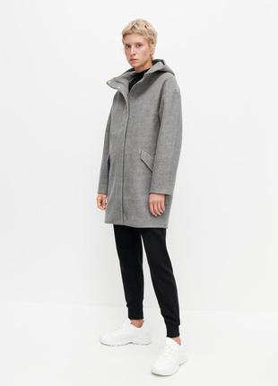 Серое демисезонное пальто reserved с капюшоном.