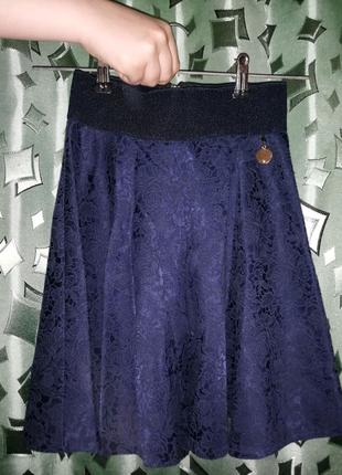 Юбка школьная темно синего цвета.
