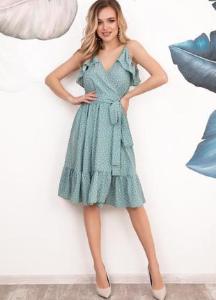 Мятное в горошек платье-халат с воланами