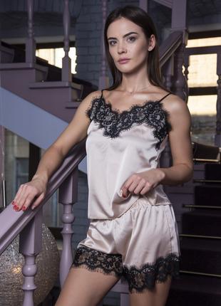 Шелковая женская пижама с кружевами - отличный подарок девушке