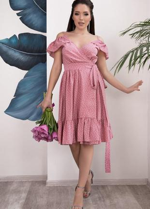 Розовое в горошек платье-халат с воланами