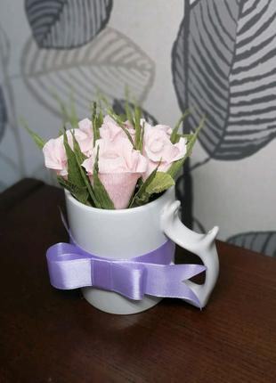 Букет цветов с чашкой и конфетами внутри!