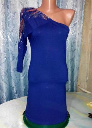 Платье-туника на одно плече.
