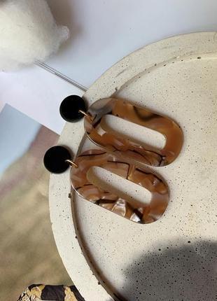 Интересные овальные пластиковые серьги