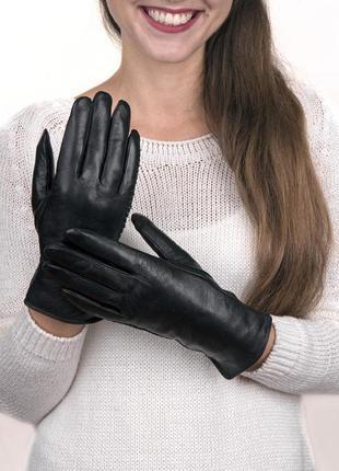 Черные кожаные перчатки теплые