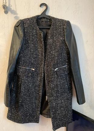 Пальто шерстяное с кожаными рукавами букле zara