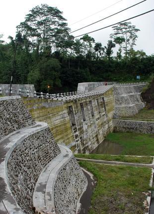 Строительство водозащитных дамб  паводковых берегоукреплений
