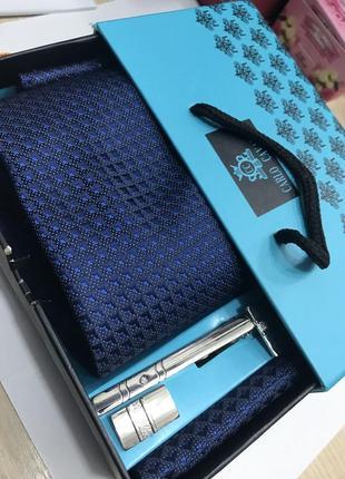 Темно-синий галстук, платок (запонки и зажим для галстука)
