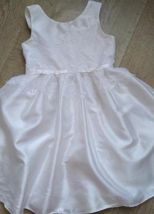 Красивое  платье жемчужног цвета
