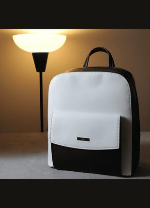 Женский рюкзак черного цвета, в минималистичном стиле