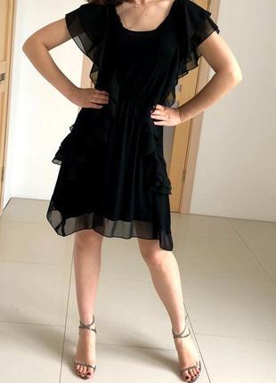 Легкое черное платье с рюшами