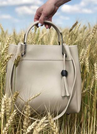 Модная женская сумка бежевого цвета