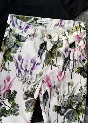 Белые штаны в цветочный принт