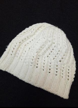 Весенняя белая вязаная шапка шапочка