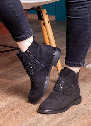 Женские ботинки черные 2447 на низком каблуке