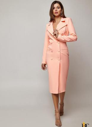 Элегантное деловое платье пиджак персикового цвета на пуговицах