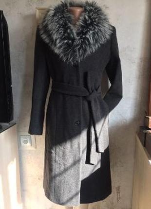 Классическое серое пальто с поясом и меховым воротником, еврозима