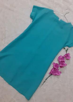 Платье аквамаринового цвета.