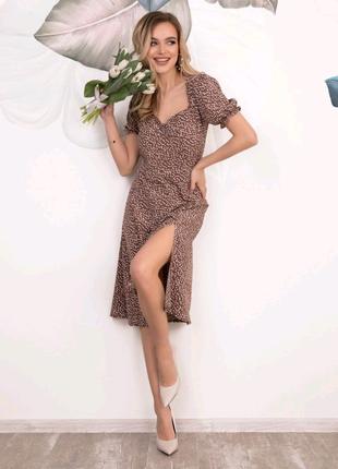 Коричневое платье с разрезом в мелкий горошек