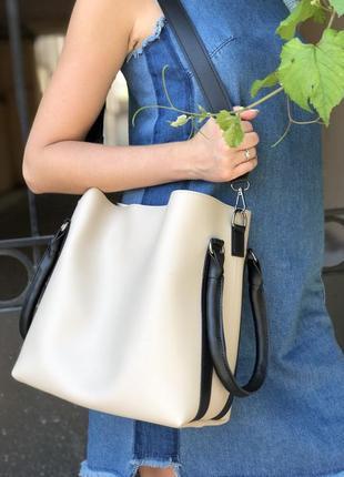 Стильная женская вместительная сумка бежевого цвета