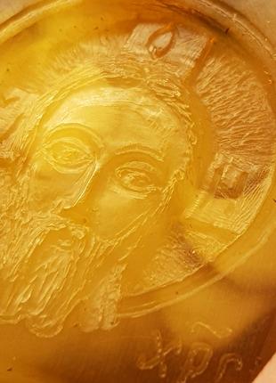Кулон резьба по янтарю