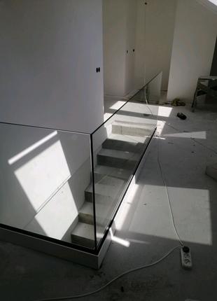 Стеклянные ограждение на лестничной площадке  или в душ!