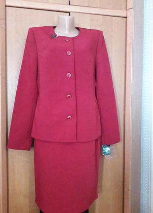 Классический деловой женский костюм.