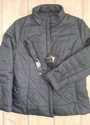 Весеняя женская куртка большого размера.