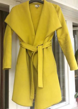 Весеннее пальто жёлтого цвета