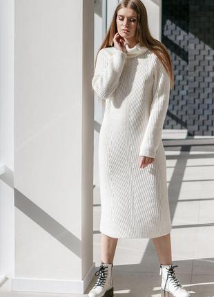 Теплое вязаное платье длиной миди