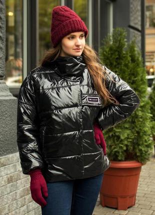 Женская чёрная куртка лаковая короткая пуховик