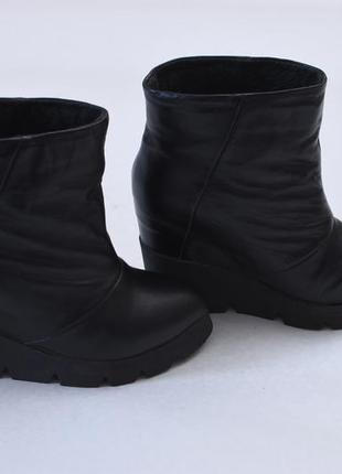 Черные кожаные ботинки полусапожки ботильоны на танкетке скрыт...