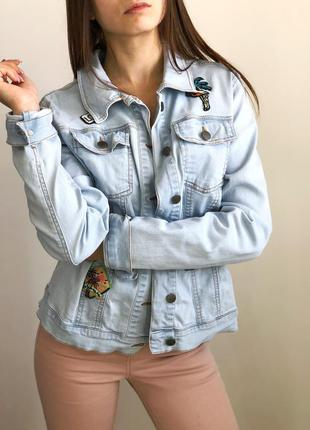 Голубая джисовка с нашивками легкая джинсовая куртка 1+1=3