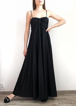 Чёрное плиссированное платье в пол на тонких бретельках 1+1=3