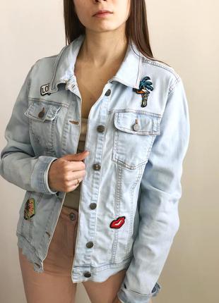 Голубая джинсовая куртка с нашивками джинсовка 1+1=3