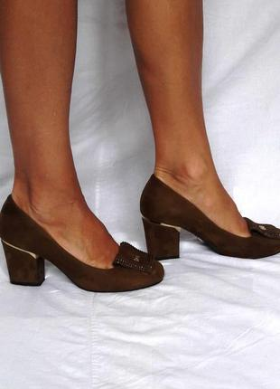 Замшевые коричневые туфли на устойчивом каблуке