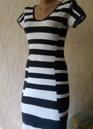 Стильное трикотажное платье в полоску quiz.