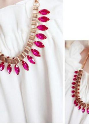 Колье золотого цвета с розовыми кристаллами