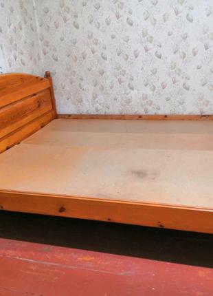 Деревянная двуспальная кровать.