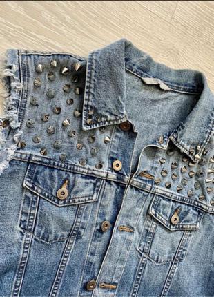 Нереально крутая джинсовая жилетка в шипах