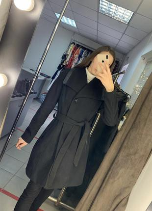 Чёрное пальто с кожаными вставками под пояс