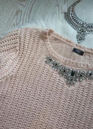 Розовый вязаный свитер с воротником в стразах и камнях украшен...